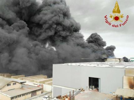 L'incendio che martedì 29 marzo ha interessato la Italpannelli di Ancarano in provincia di Teramo