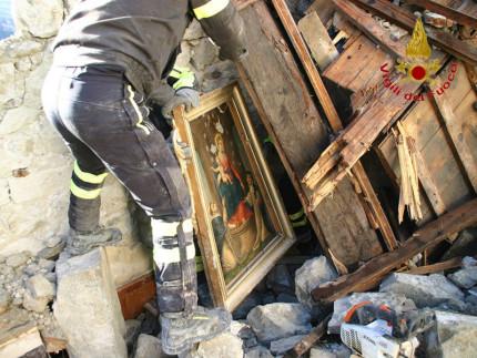 Altari e quadri salvati da neve e macerie ad Arquata del Tronto dalla chiesa crollata della santissima Annunziata