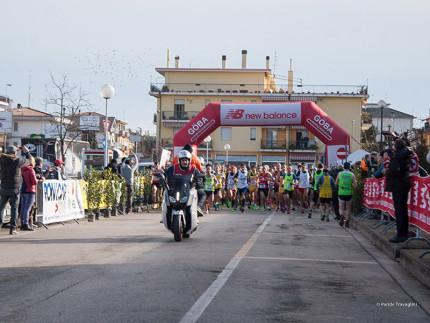 la partenza dell'edizione 2016 della maratonina di Centobuchi nello scatto di Paride Travaglini