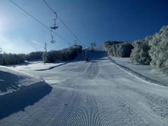 La seggiovia degli impianti sciistici di Monte Piselli, tra Ascoli Piceno e Teramo, gestiti dal COTUGE