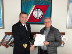 La cerimonia di consegna della medaglia d'oro dal comandante Gennaro Pappacena al comandante Paolo Vinciguerra