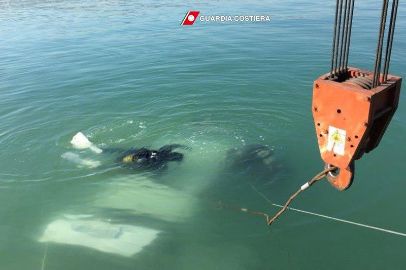 Le operazioni di recupero dell'auto finita nelle acque del porto di San Benedetto del Tronto