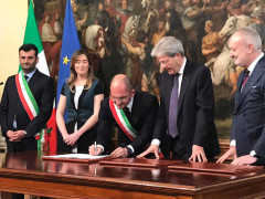 La firma per il contratto di rigenerazione urbana tra il Comune di Ascoli Piceno (con il sindaco Guido Castelli) e il governo (con il premier Paolo Gentiloni)