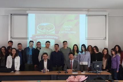 """Federico Maccari, direttore di """"La Pasta di Camerino"""", con gli studenti dell'UnivPM a San Benedetto del Tronto"""