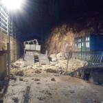 Alcuni dei massi caduti in strada a Visso: l'intervento dei Vigili del fuoco