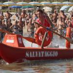 L'impegno dei bagnini di salvataggio in mare durante un'esercitazione a San Benedetto del Tronto