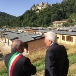Il Presidente Sergio Mattarella con il Sindaco di Arquata del Tronto visita l'area in costruzione di zone abitative d'emergenza