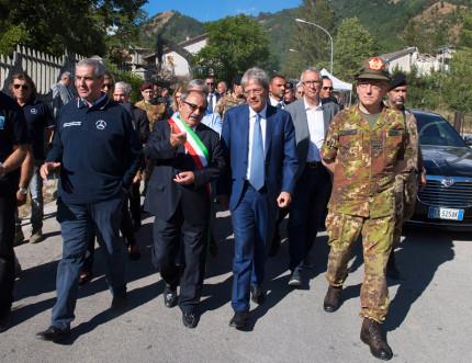 Terremoto, il premier Paolo Gentiloni nelle zone colpite dal sisma. Visita ad Arquata del Tronto