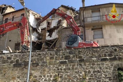 Ascoli Piceno, i Vigili del fuoco al lavoro per riaprire la strada di accesso ad Arquata del Tronto