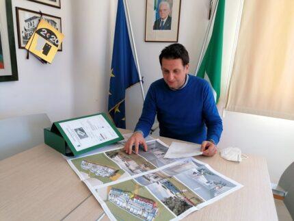 Il sindaco di Monteprandone Loggi con il progetto del nuovo asilo nido