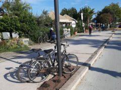 Biciclette posteggiate sul lungomare di Grottammare