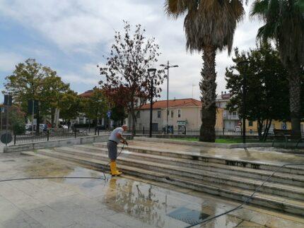 Pulizia di piazza dell'Unità a Centobuchi